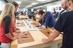 L'expérience Apple de clients observent la série 3 le premier jour au magasin Image libre de droits