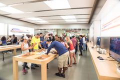 L'expérience Apple de clients observent la série 3 le premier jour au magasin Images libres de droits