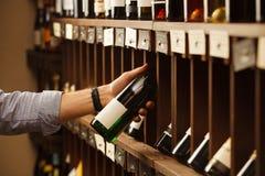 L'expert en matière de vinification choisissent le vin blanc d'élite dans la cave Photo libre de droits