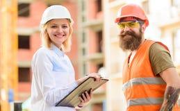 L'expert et le constructeur communiquent au sujet des matériaux de construction d'approvisionnement Concept réussi d'affaire Acha photos libres de droits