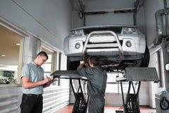 L'expert indépendant note des problèmes de voiture, inspection photographie stock libre de droits
