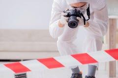 L'expert médico-légal à la scène du crime faisant l'enquête photos stock