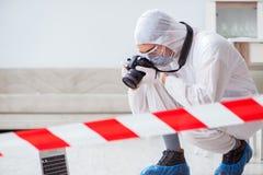 L'expert médico-légal à la scène du crime faisant l'enquête photographie stock libre de droits