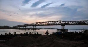 L'exploitation du sable en rivière Image stock