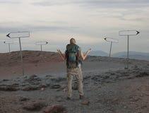 L'explorateur incertain est perdu dans un désert photographie stock