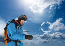 L'explorateur Man s'est habillé dans la vitesse d'extérieur et les vêtements avec le ciel froid connectent Image libre de droits