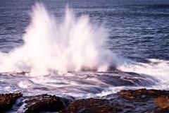 l'explosion sur des roches ondulent image stock