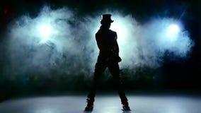 L'exposition érotique de l'homme, continuent la danse et tournent dans la fumée, sur le noir, mouvement lent banque de vidéos