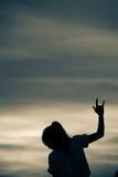 L'exposition de fille de silhouette remet le signe d'amour Photos libres de droits