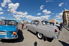 L'exposition de rétros voitures a produit en URSS sur l'avant-cour i Photos libres de droits