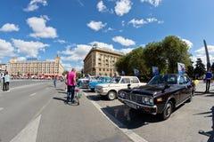 L'exposition de rétros voitures a produit en URSS sur l'avant-cour i images libres de droits