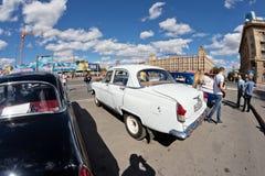 L'exposition de rétros voitures a produit en URSS sur l'avant-cour i photo libre de droits