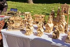 L'exposition et la vente des produits en bois handcrafted dans les rues Photo stock