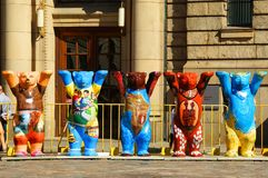L'exposition unie de Buddy Bears sur l'affichage sur la place de dôme image stock