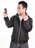 L'expression d'un homme qui n'aime pas le téléphone Images stock