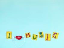 L'expression : ` De musique d'amour du ` I dans les lettres coupées avec des écouteurs, j'aime le concept de musique Photos stock
