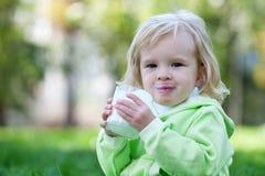 L'extérieur de lait de consommation est plus savoureux Photographie stock