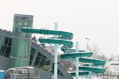 L'extérieur du bâtiment moderne est une piscine d'intérieur avec une glissière pour l'hivernage Repos pour des personnes La joie  images stock