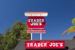 L'extérieur et le signe de Joe de commerçant Images stock