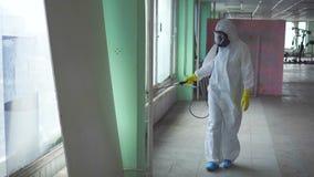 L'exterminateur dans les combinaisons et un masque protecteur suit le traitement de la salle clips vidéos