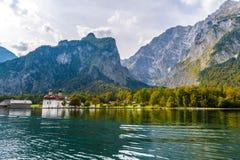 L'?glise de St Bartholomew dans Koenigssee, Konigsee, parc national de Berchtesgaden, Bavi?re, Allemagne images stock