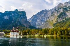 L'?glise de St Bartholomew dans Koenigssee, Konigsee, parc national de Berchtesgaden, Bavi?re, Allemagne images libres de droits