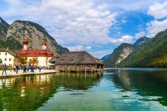 L'?glise de St Bartholomew dans Koenigssee, Konigsee, parc national de Berchtesgaden, Bavi?re, Allemagne image libre de droits