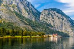 L'?glise de St Bartholomew dans Koenigssee, Konigsee, parc national de Berchtesgaden, Bavi?re, Allemagne photographie stock libre de droits