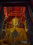 L'or grand Bouddha a situé dans le temple bouddhiste chez Wat Phanan Ch photos stock