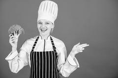 L?gume de prise de fille Nutrition organique Brocoli de prise de chef de femme se dirigeant ? l'espace de copie Recettes v?g?tari photo libre de droits