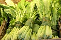L?gume envelopp? dans des feuilles de banane images stock