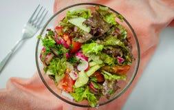l?gume frais de tomate de salade de pr?paration de laitue de concombre photographie stock libre de droits