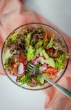 l?gume frais de tomate de salade de pr?paration de laitue de concombre photo libre de droits