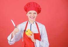 L?gumes coup?s comme le chef Couteau pointu de prise professionnelle de chef de femme Mani?res de couper la nourriture comme pro  photographie stock
