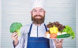L?gumes de pr?sentation heureux d'homme excellents Aliment biologique Recette culinaire organique Utilisation de chef principal s image stock