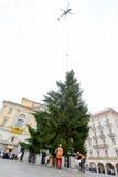 L'hélicoptère arrange un arbre de Noël dans la place centrale du crochet Photographie stock
