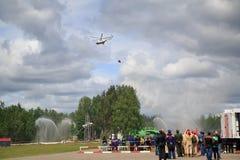 L'hélicoptère avec un seau démontre la lutte contre l'incendie aérienne Russie Photographie stock