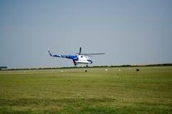 l'hélicoptère civil blanc bleu monte de l'aérodrome Photos libres de droits