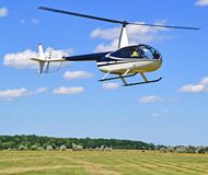 L'hélicoptère décolle à l'aéroport dans l'heure d'été Photos stock