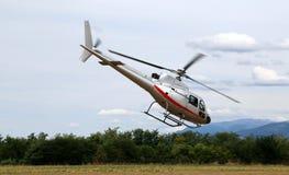 L'hélicoptère décolle de l'aéroport pour amener des touristes au-dessus de Photo libre de droits