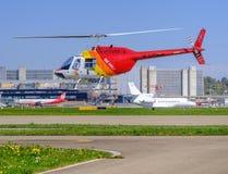 L'hélicoptère décollent dans l'aéroport de Zurich Kloten Images libres de droits