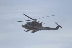 L'hélicoptère de corps de sapeurs-pompiers vole au-dessus de la mer Images stock