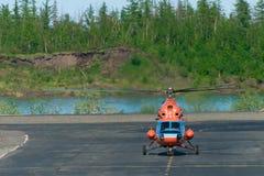 L'hélicoptère effectue le roulement sur le sol Photographie stock