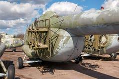 L'hélicoptère lourd russe de transport un aérodrome abandonné Images libres de droits
