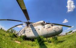 L'hélicoptère lourd russe Mi-6 de transport à un aérien abandonné Photo stock