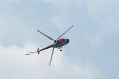 L'hélicoptère Mi-2 explique des vols acrobatiques Image libre de droits