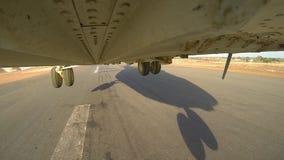 L'hélicoptère MI 26 décolle de la plateforme d'atterrissage banque de vidéos