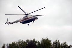 L'hélicoptère Mi-8 EMERCOM de la Russie à la chaîne du centre de délivrance de Noginsk pendant le ` international de salon a inté Photo libre de droits