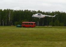L'hélicoptère Mi-8 EMERCOM de la Russie à la chaîne du centre de délivrance de Noginsk pendant le ` international de salon a inté Image stock