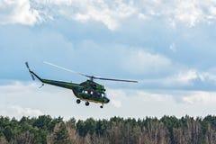 L'hélicoptère MI-2 fait un survol de contrôle du bel de forêt Photographie stock libre de droits